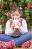 Portret szczęśliwa dziewczyny łasowania czekolada Obrazy Royalty Free