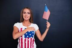 Portret szczęśliwa dziewczyny mienia usa flaga Zdjęcie Stock