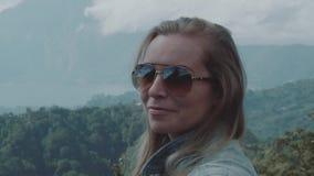Portret szczęśliwa kobieta nad góra krajobrazu tłem zbiory