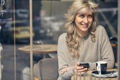 Portret szczęśliwa kobieta patrzeje telefon Obrazy Royalty Free