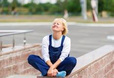 Portret szczęśliwa kobieta w jednolitym obsiadaniu w lotosowej pozie fotografia royalty free