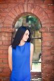 Portret szczęśliwa kobieta w mieście zdjęcie stock