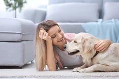 Portret szczęśliwa kobieta z jej psem fotografia stock