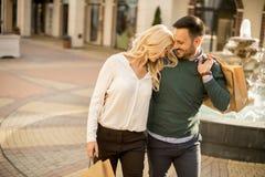 Portret szczęśliwa kochająca para z torbami na zakupy zdjęcie stock