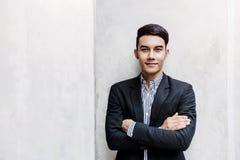 Portret Szczęśliwa Młoda biznesmen pozycja przy ścianą, Smilin obrazy stock