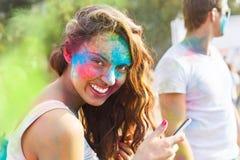 Portret szczęśliwa młoda dziewczyna na holi koloru festiwalu Obraz Royalty Free