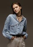 Portret szczęśliwa młoda kobieta, pozuje w cajgowej koszula Obrazy Stock
