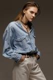Portret szczęśliwa młoda kobieta, pozuje w cajgowej koszula Fotografia Stock
