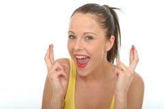 Portret Szczęśliwa młoda kobieta Z Ona palce Krzyżujący Obraz Royalty Free