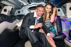 Portret szczęśliwa młoda wspaniała para z szampańskim fletem wewnątrz fotografia stock