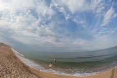 Portret, szczęśliwa mała dziewczynka pływa w morzu na nadmuchiwanym okręgu zdjęcie royalty free