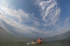 Portret, szczęśliwa mała dziewczynka pływa w morzu na nadmuchiwanym okręgu fotografia stock