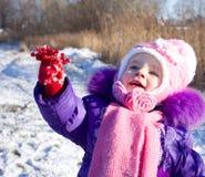 Portret szczęśliwa mała dziewczynka w śnieżnym krajobrazie fotografia royalty free