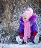 Portret szczęśliwa mała dziewczynka w śnieżnym krajobrazie zdjęcia royalty free