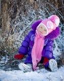 Portret szczęśliwa mała dziewczynka w śnieżnym krajobrazie obraz stock