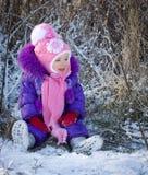 Portret szczęśliwa mała dziewczynka w śnieżnym krajobrazie fotografia stock
