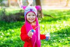 Portret szczęśliwa mała dziewczynka w parku w chodnikowu ow Zdjęcia Stock