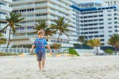 Portret szczęśliwa małe dziecko chłopiec na plaży ocean Śmieszny śliczny dziecko robi wakacjom i cieszy się lato Zdrowy fotografia stock
