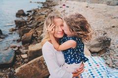 Portret szczęśliwa matka i córka wydaje czas wpólnie na plaży na wakacje Szczęśliwy rodzinny podróżować, wygodny nastrój zdjęcie royalty free