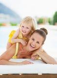 Portret szczęśliwa matka i dziecko przy poolside Obrazy Royalty Free