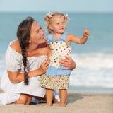 Portret Szczęśliwa matka i mała córka obraz stock