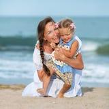 Portret Szczęśliwa matka i mała córka zdjęcie royalty free