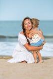 Portret Szczęśliwa matka i mała córka fotografia stock
