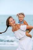 Portret Szczęśliwa matka i mała córka zdjęcia stock