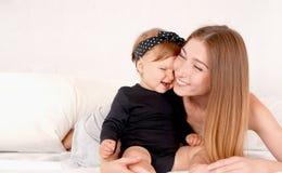 Portret szczęśliwa matka z jej córką na łóżku Obraz Royalty Free