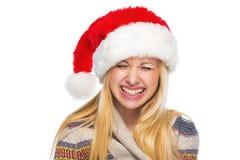 Portret szczęśliwa nastoletnia dziewczyna w Santa kapeluszu śmiać się zdjęcia royalty free