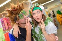 Portret szczęśliwa para ma zabawę próbuje kostiumy Zdjęcie Royalty Free