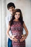 Portret szczęśliwa para w domu człowiek kobiety w ciąży Zdjęcie Stock
