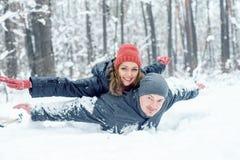 Portret szczęśliwa para w zima parku Fotografia Royalty Free