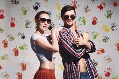 Portret szczęśliwa para z aprobatami podpisuje na śmiesznym pozytywnym tle Zdjęcie Royalty Free
