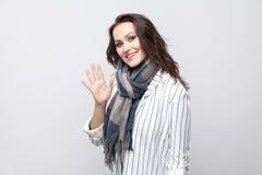Portret szczęśliwa piękna brunetki kobieta w białej pasiastej dźwigarce zdjęcie royalty free