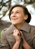 Portret szczęśliwa piękna kobieta w jesień parku Zdjęcia Royalty Free