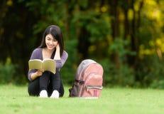 Portret szczęśliwa powabna Tajlandzka kobieta czyta książkę obraz stock