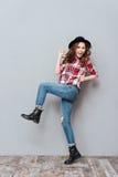 Portret szczęśliwa przypadkowa dziewczyna w kapeluszowym odświętność sukcesie Obraz Royalty Free