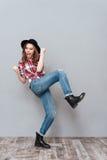 Portret szczęśliwa przypadkowa dziewczyna w kapeluszowym odświętność sukcesie Zdjęcie Royalty Free