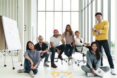 Portret szczęśliwa różnorodna kreatywnie biznes drużyny grupa patrzeje kamerę i ono uśmiecha się zdjęcia stock