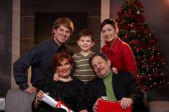 Portret szczęśliwa rodzina przy wigilią zdjęcia royalty free