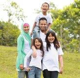 Portret Szczęśliwa Rodzina W Parku zdjęcie royalty free