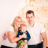 Portret szczęśliwa rodzina z dzieckiem Fotografia Royalty Free