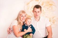 Portret szczęśliwa rodzina z dzieckiem Obrazy Royalty Free