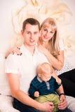 Portret szczęśliwa rodzina z dzieckiem Zdjęcia Royalty Free
