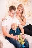 Portret szczęśliwa rodzina z dzieckiem Zdjęcia Stock