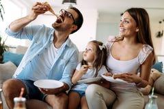 Portret szczęśliwa rodzinna udzielenie pizza w domu zdjęcie royalty free