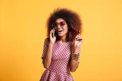 Portret szczęśliwa rozochocona afro amerykańska kobieta Zdjęcia Royalty Free