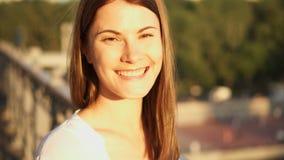 Portret szczęśliwa rozochocona młoda kobieta relaksuje outdoors Piękna dziewczyna patrzeje kamerę i ono uśmiecha się zbiory