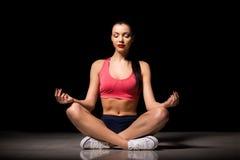 Portret szczęśliwa sporty kobieta relaksuje w lotosowej pozyci Radosny kobieta modela oddychania świeże powietrze indoors Zdrowy Obraz Stock